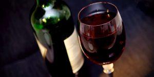 Vin rouge en décantation